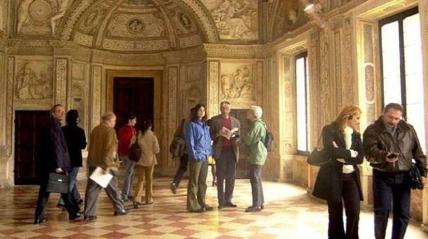 Una sala di Palazzo Ducale a Mantova meta di visitatori provenienti da ogni parte d'Italia