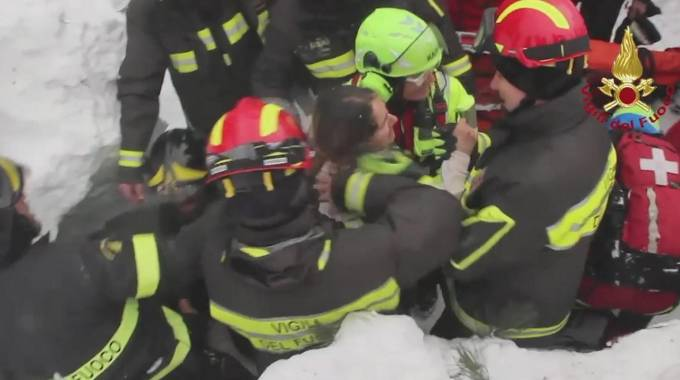 I vigili del fuoco durante le operazioni di salvataggio