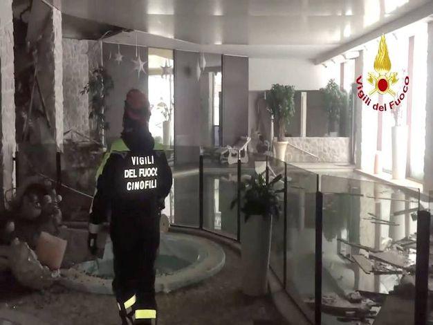 Hotel Rigopiano, ricerche senza sosta (Lapresse)
