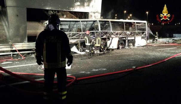 Incidente in A4, il bus divorato dalla fiamme (Ansa)