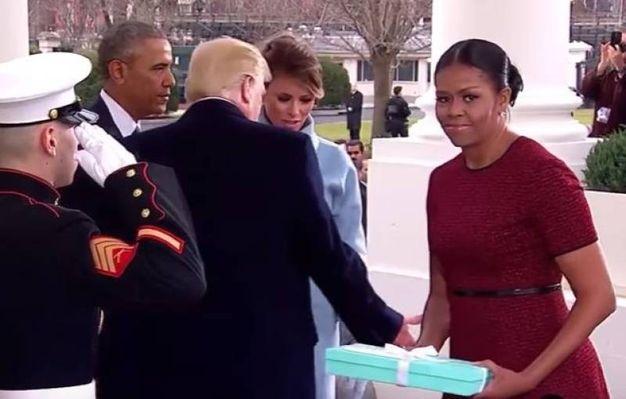 """Michelle Obama e il regalo di Melania: """"Dove lo metto?"""" (Video Abc)"""