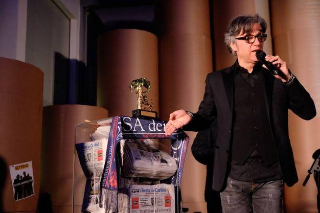 Gaetano Curreri con il Nettuno d'oro, la sciarpa della Fortitudo e alcune copie del Resto del Carlino (fotoSchicchi)