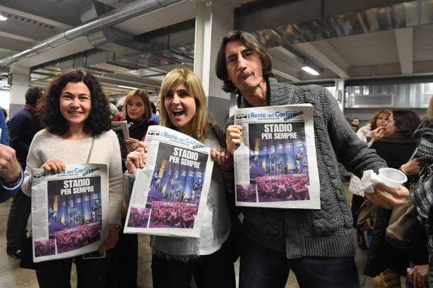 I fan degli Stadio mostrano la copertina del Resto del Carlino realizzata per l'occasione (fotoSchicchi)