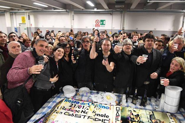 Il taglio della torta preparata per il raduno dei fan nella sede del Carlino (fotoSchicchi)