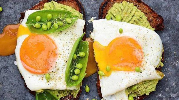 Avocado e uova al tegamino – Foto: The Avocado Show , account ufficiale Facebook