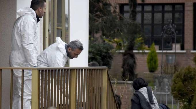 I carabinieri della Scientifica durante i rilievi nella villetta, a destra i killer (foto BP)