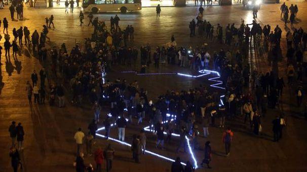 L'installazione luminosa in piazza Maggiore (Schicchi)