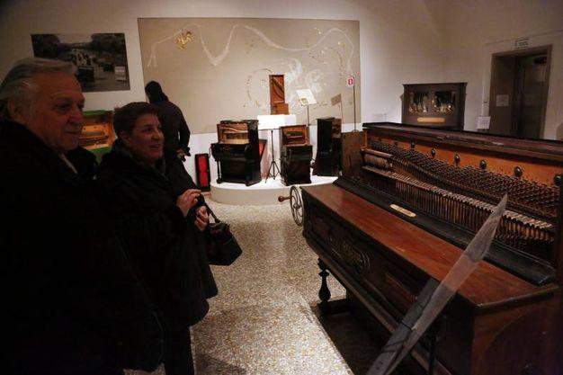 'Parlami d'amore Mariù', l'esposizione di preziosi piani dalla collezione di Marino Marino nelle sale di Palazzo Fava (Schicchi)