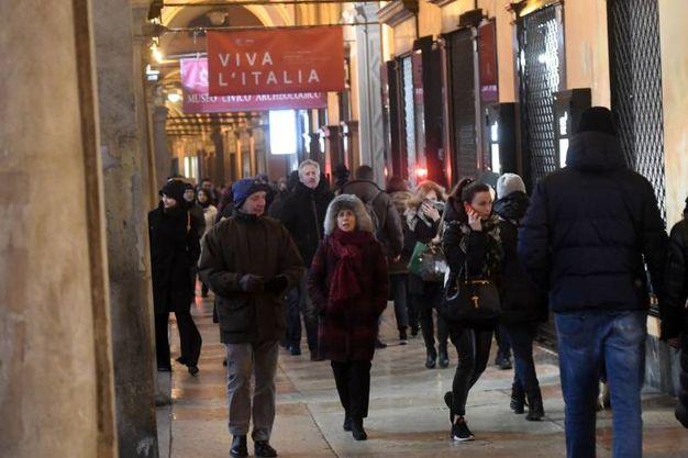 Arte Fiera, White night: tanta gente in giro per le strade del centro storico di Bologna (foto Schicchi)