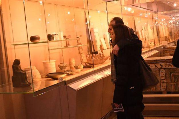 Alcune persone al museo Medievale per la notte bianca (foto Schicchi)