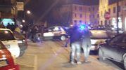 Le forze dell'ordine e la folla sul luogo del delitto (foto Di Marco)
