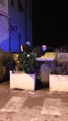I carabinieri alla ricerca dell'arma del delitto (foto Di Marco)