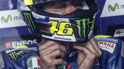 Valentino Rossi indossa il casco (foto Ansa)