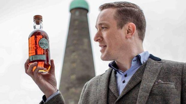 Peter O'Connor, brand ambassador di Diageo, con una bottiglia di Roe & Co – Foto: Diageo