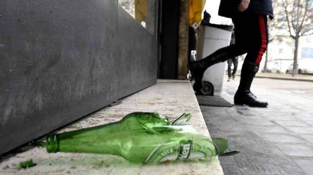 La bottiglia usata al culmine della lite