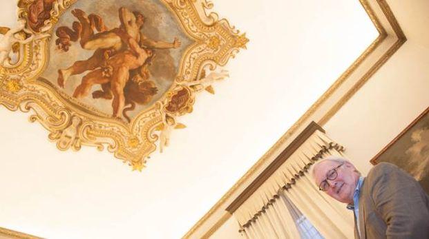 Il marchese René Talon Sampieri e l'affresco 'Ercole e Anteo' del Guercino sul soffitto del suo palazzo in Strada Maggiore 24