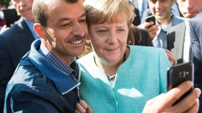 Angela Merkel, selfie con un profugo (Ansa)