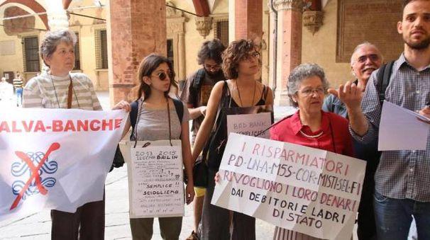 Una protesta degli azionisti e dei risparmiatori della Cassa di Ferrara