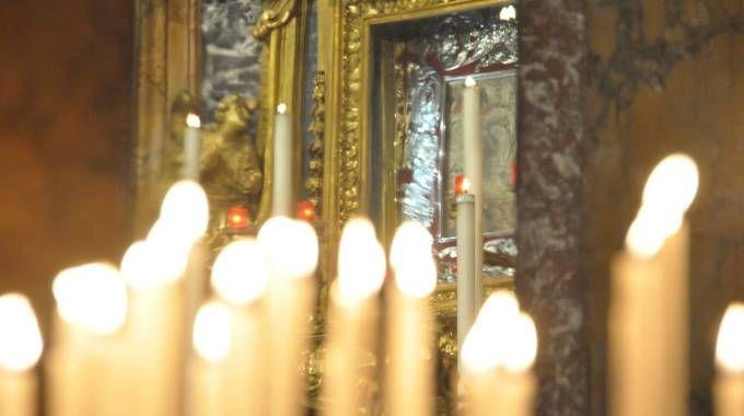 L'immagine della Madonna del fuoco illuminata da candele (Frasca)