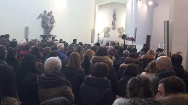 Folla in chiesa a Sassoferrato per l'ultimo saluto ad Alessandro Vitaletti (foto Di Marco)