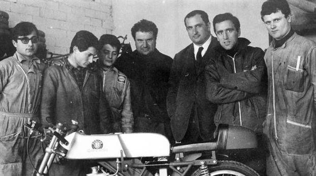Primo Zanzani al centro in una foto storica della squadra corse della MotoBi