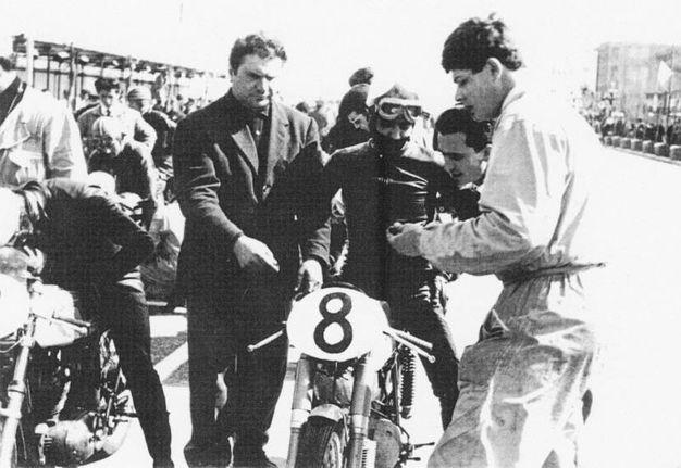 Primo Zanzani a sinistra con uno dei suoi tanti piloti alla MotoBi