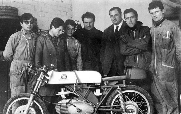 Primo Zanzani al centro della foto della storica squadra corse della MotoBi