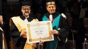 Il resttore Francesco Ubertini consegna la laurea ad horem a Massimo Bottura (Schicchi)
