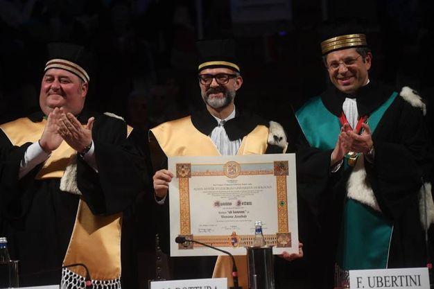 Bottura tra Bergami e Ubertini mostra il diploma di laurea ad horem in Direzione Aziendale (Schicchi)