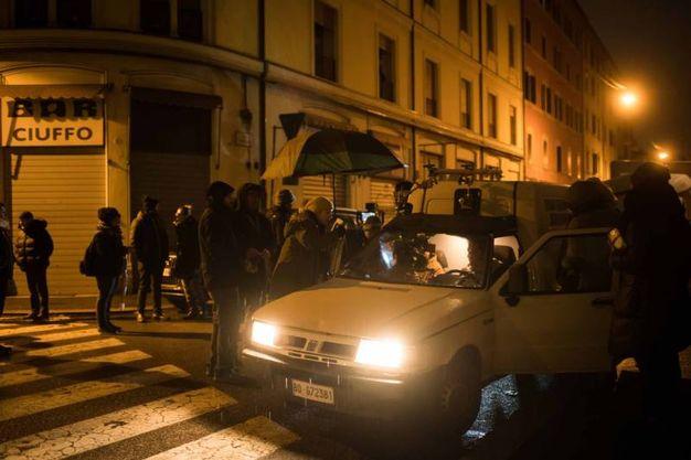 Le telecamere si spostano davanti al bar Ciuffo (LaPresse)