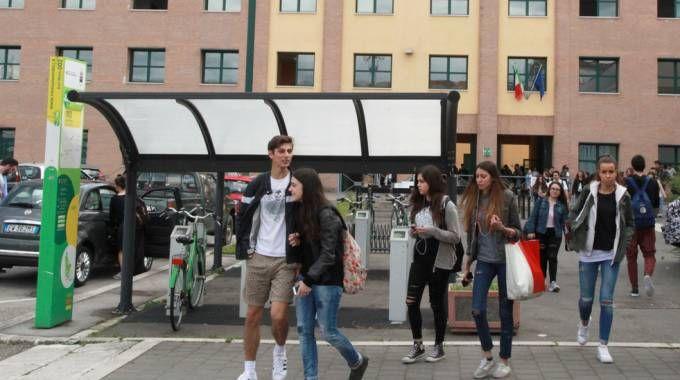 Studenti all'uscita dal liceo classico 'Monti'