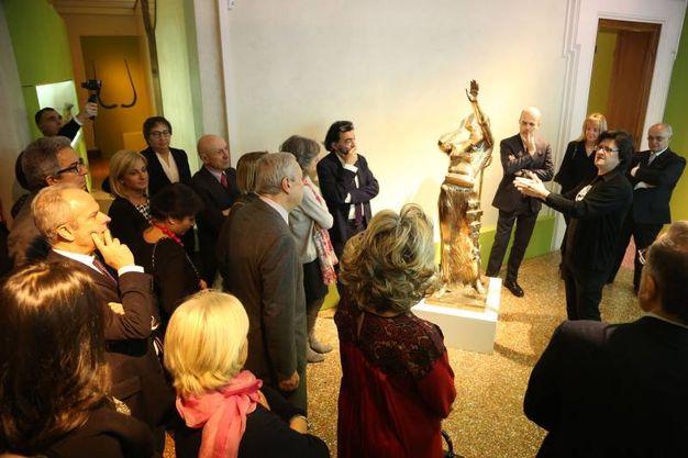 Patrizio Ansaloni, uno dei curatori della mostra, illustra le opere agli ospiti (Schicchi)