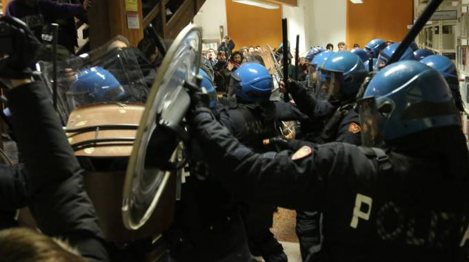 Scontri tra forze dell'ordine e collettivi in via Zamboni (foto Schicchi)