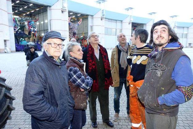 Vittorio Sgarbi in visita al Carnevale di Viareggio (foto Umicini)