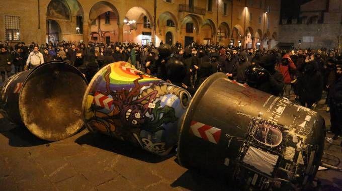 Le barricate in piazza Verdi dopo gli scontri (Schicchi)