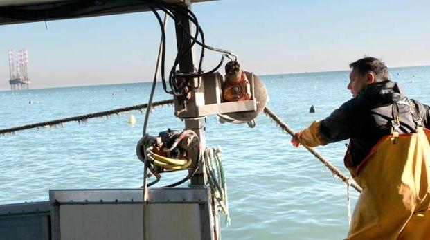 Pescatori al largo di Cesenatico (foto archivio Ravaglia)