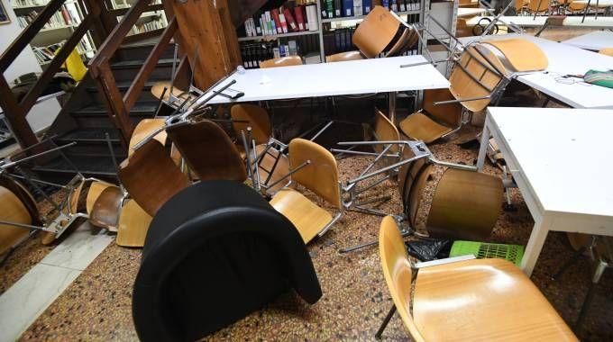 L'interno devastato della biblioteca di via Zamboni 36 (Schicchi)