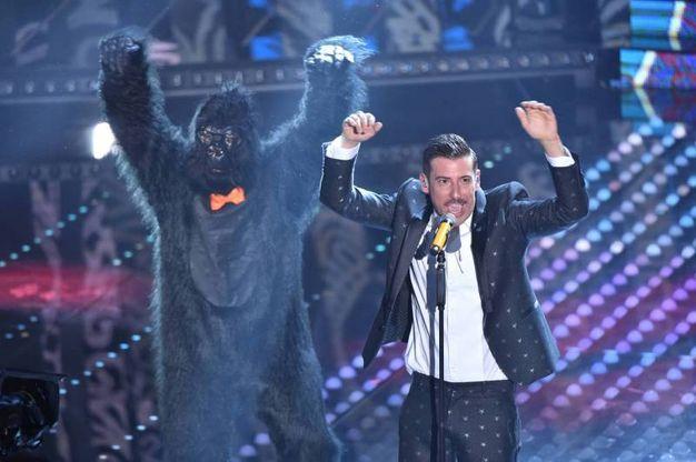 Gabbani a Sanremo balla con la scimmia (Olycom)