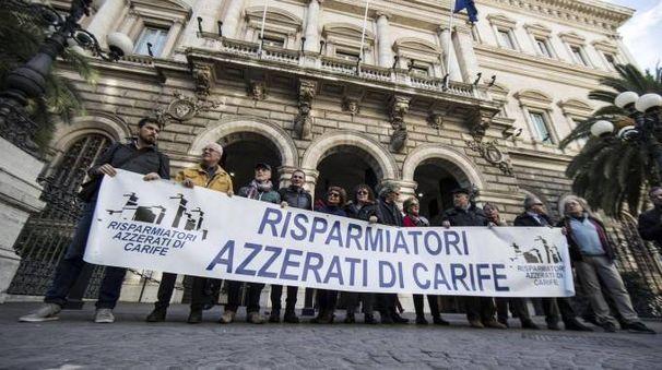 Una protesta di investitori e risparmiatori davanti a Bankitalia