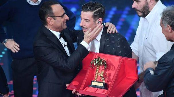 Francesco Gabbani abbracciato da Carlo Conti  dopo il trionfo