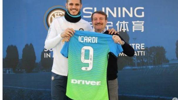 Icardi insieme a Giacomo Poretti (foto da Twitter Inter)