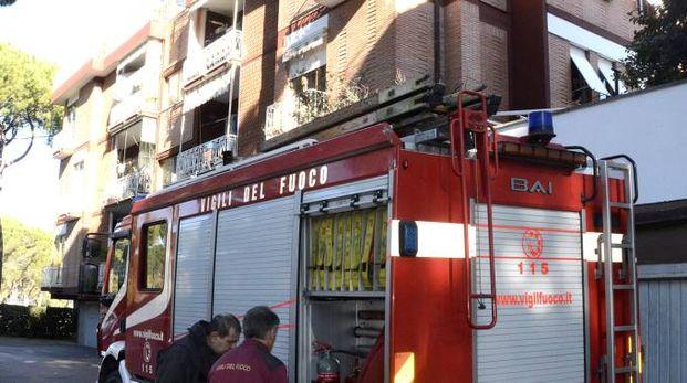 I vigili del fuoco di fronte al palazzo dell'incidente (Foto Aprili)