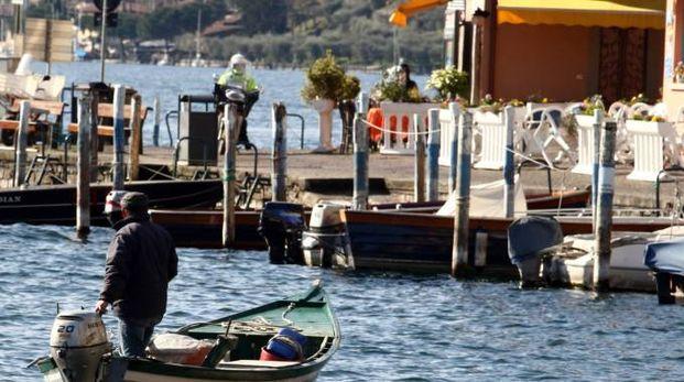 Un pescatore verso l'approdo di Monte Isola (Fotolive)