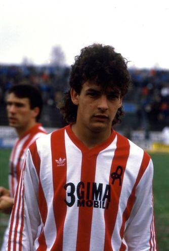 Con la maglia del Lanerossi Vicenza, sua prima squadra: fu acquistato a 13 anni per 500mila lire (Alive)È operato a Bologna il 4 febbraio 2002[176][181] e riesce a rientrare in campo a 81 giorni dall'infortunio