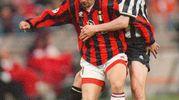 Con la maglia del Milan in un duello contro lo juventino Zinedine Zidane (Ansa)