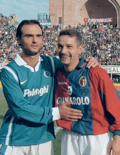 Baggio, con la maglia del Bologna, abbraccia Giuseppe Giannini del Napoli: in rossoblù Roby giocherà una sola stagione ('97-'98), centrando il suo record di gol in una stagione (22) e riconquistando la maglia dell'Italia (Ansa)