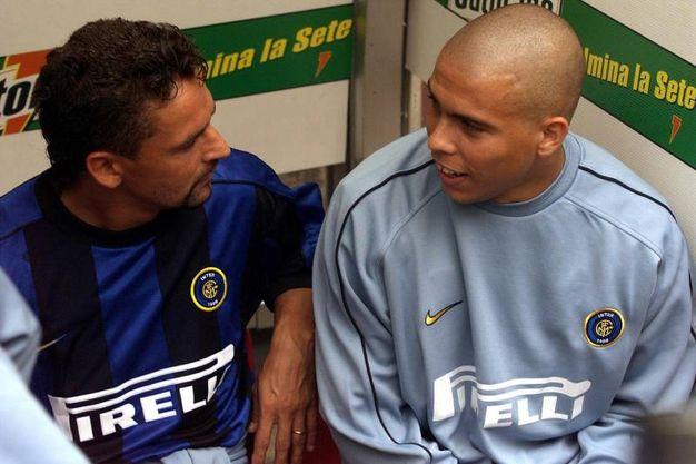 Nell'estate '98 passa all'Inter: qui è con Ronaldo (Ansa)