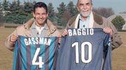 Ad Appiano Gentile in uno scambio di maglia con il grande Vittorio Gassman: Baggio in nerazzurro troverà poco spazio, ma lascerà il segno firmando una doppietta nello spareggio-Champions con il Parma nel 2000 (Ansa)