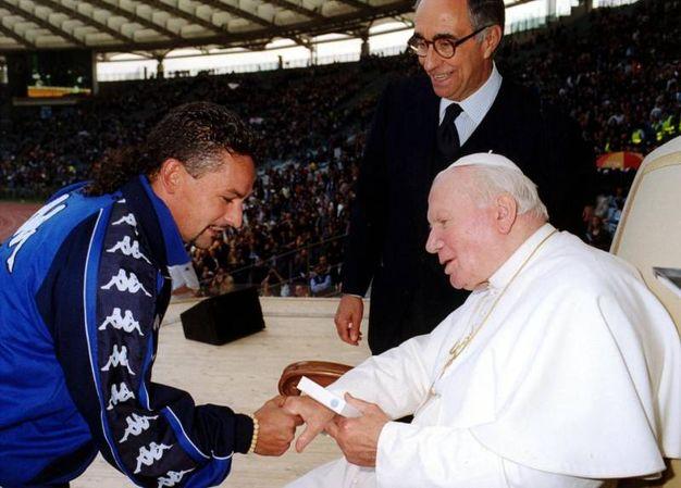 Baggio, convertitosi al buddhismo nel 1988, incontra Papa Giovanni Paolo II al Giubileo del 2000 dedicato agli sportivi (Ansa)