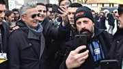E' sempre stato poco amante delle uscite pubbliche: qui scatena la folla durante un'edizione del 'Pitti' di Firenze (Ansa)